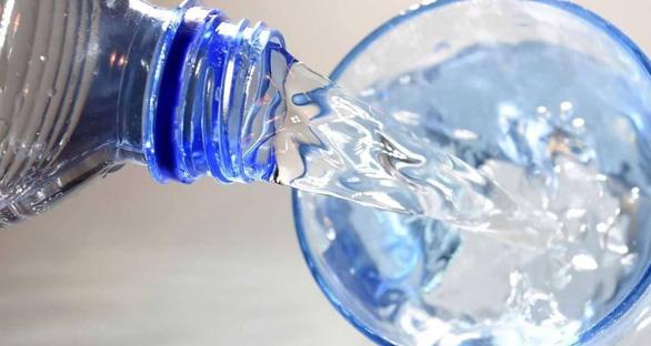 Vì sao có nước vòi 'siêu sạch' nhưng dân Singapore thích nước đóng chai? - Ảnh 1.