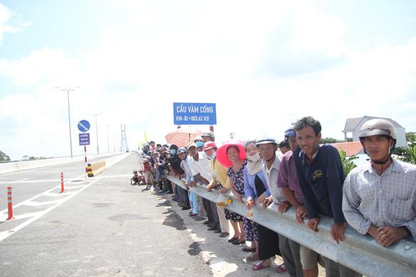 Dân chờ cả đời nay được đặt chân lên cầu Vàm Cống - Ảnh 4.