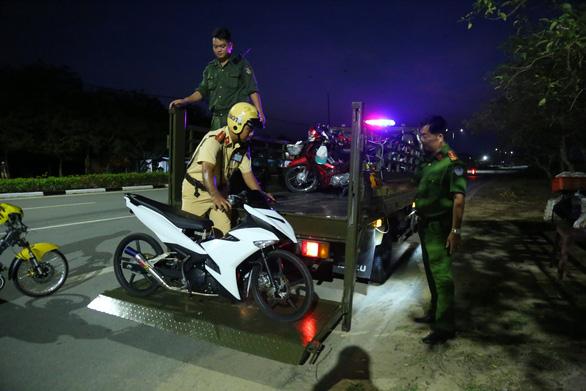 Ngăn chặn hơn trăm thanh niên đua xe, hai cảnh sát bị thương - Ảnh 1.