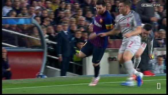 Khoảnh khắc Messi lăn lộn 3 vòng bị chỉ trích là... đóng kịch giống Neymar ! - Ảnh 1.