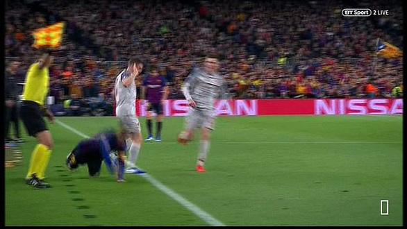 Khoảnh khắc Messi lăn lộn 3 vòng bị chỉ trích là... đóng kịch giống Neymar ! - Ảnh 2.