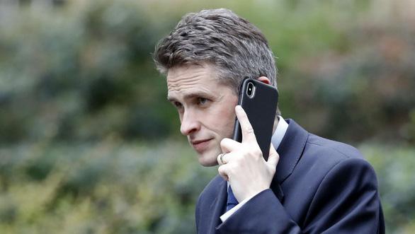 Bộ trưởng Quốc phòng Anh bị sa thải vì rò rỉ thông tin về Huawei - Ảnh 1.