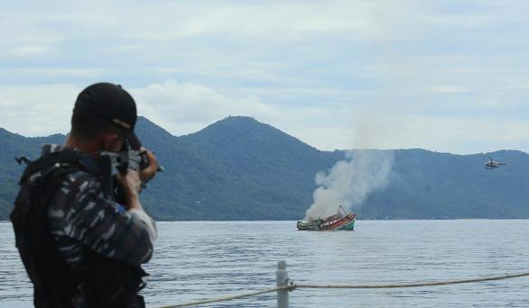 Báo Hong Kong: Indonesia sắp đánh chìm 38 tàu cá mang cờ Việt Nam - Ảnh 1.