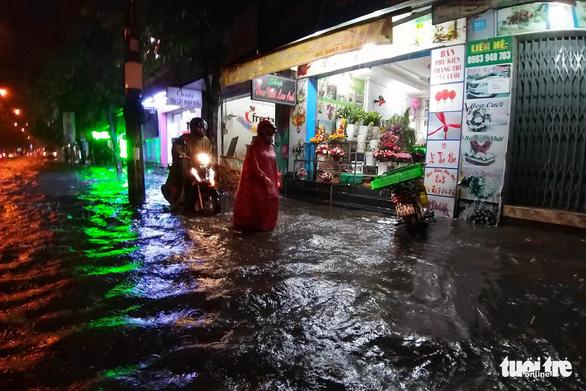Mưa lớn ở Đồng Nai, Biên Hòa ngập sâu, quốc lộ 1 kẹt cứng 3km - Ảnh 1.