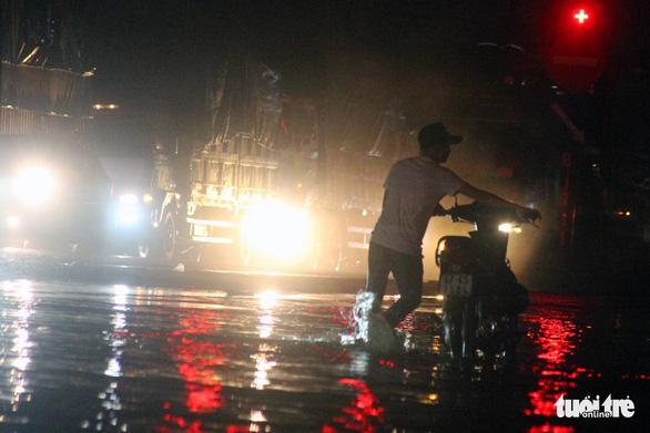 Mưa lớn ở Đồng Nai, Biên Hòa ngập sâu, quốc lộ 1 kẹt cứng 3km - Ảnh 2.