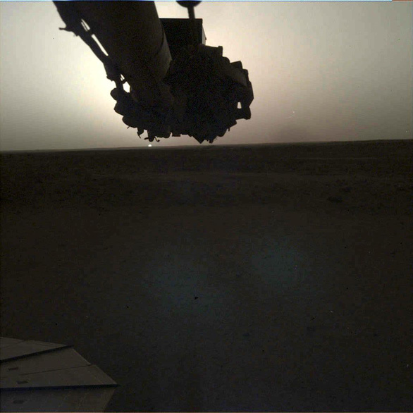 Tàu thăm dò InSight chụp cảnh bình minh và hoàng hôn trên sao Hỏa - Ảnh 1.