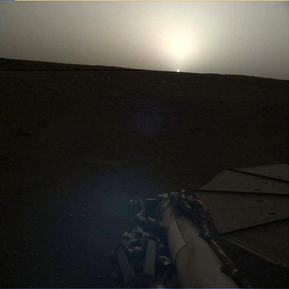 Tàu thăm dò InSight chụp cảnh bình minh và hoàng hôn trên sao Hỏa - Ảnh 2.