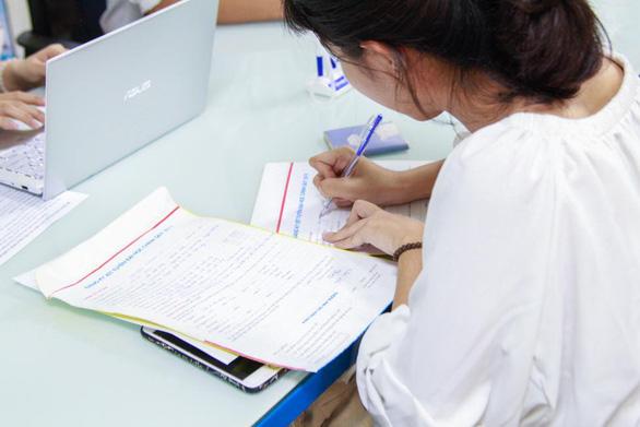 Đông đảo thí sinh nộp hồ sơ xét tuyển học bạ tại HUTECH trong ngày đầu - Ảnh 3.