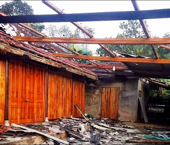 Lốc xoáy, hơn 50 nhà dân ở Hà Tĩnh bị tốc mái - Ảnh 2.