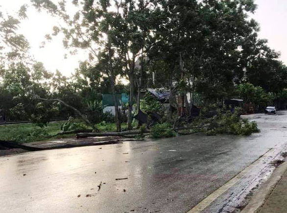 Lốc xoáy, hơn 50 nhà dân ở Hà Tĩnh bị tốc mái - Ảnh 3.