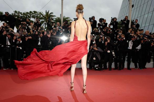 Ngọc Trinh bị truyền thông nước ngoài chỉ trích lố lăng tại Cannes - Ảnh 4.
