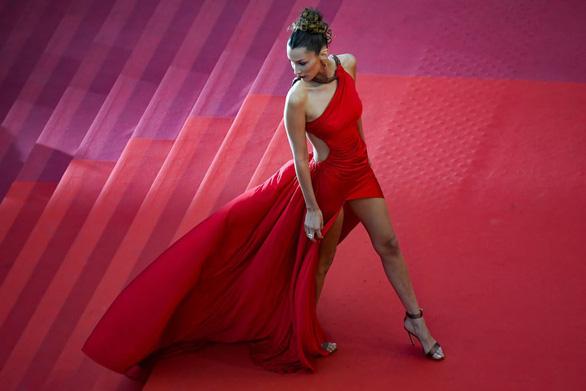 Ngọc Trinh bị truyền thông nước ngoài chỉ trích lố lăng tại Cannes - Ảnh 5.
