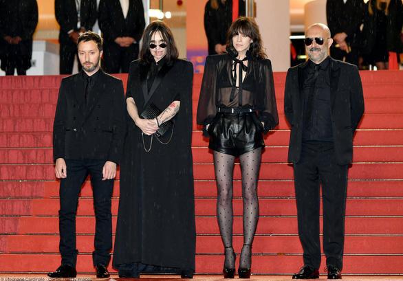 Ngọc Trinh bị truyền thông nước ngoài chỉ trích lố lăng tại Cannes - Ảnh 8.