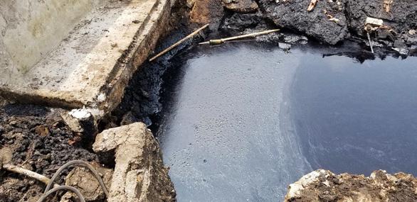 Lội qua mương bị đổ trộm chất thải, một nông dân bị bỏng cháy hai bắp chân - Ảnh 3.
