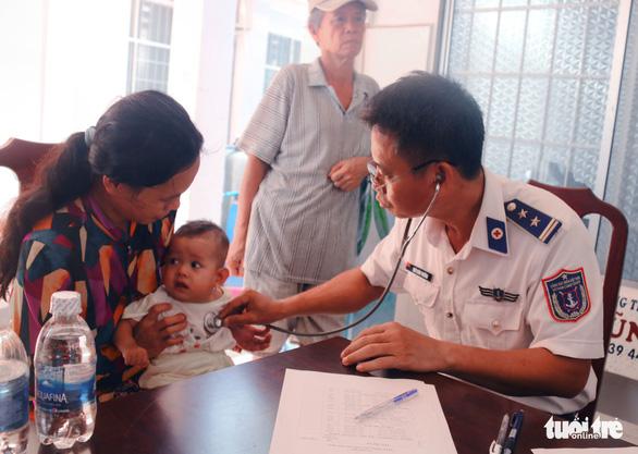 Cảnh sát biển Vùng 4 khám bệnh, trao quà cho ngư dân Thổ Châu - Ảnh 2. cảnh sát biển vùng 4 khám bệnh, trao quà cho ngư dân thổ châu - logo-canh-sat-bien-dong-hanh-cung-ngu-dan-3-1558338967648487301588 - Cảnh sát biển Vùng 4 khám bệnh, trao quà cho ngư dân Thổ Châu
