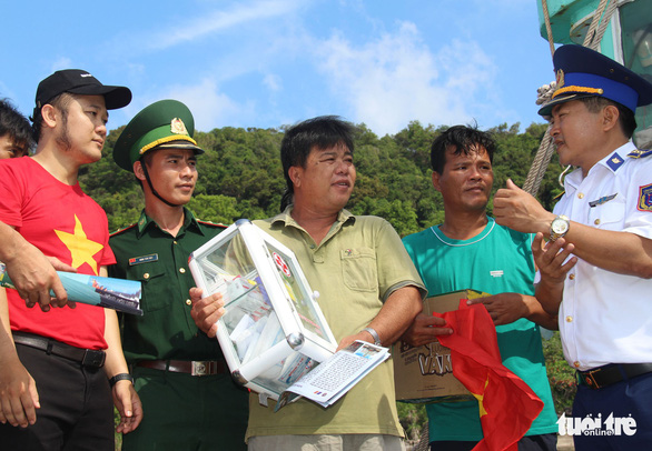 Cảnh sát biển Vùng 4 khám bệnh, trao quà cho ngư dân Thổ Châu - Ảnh 3.