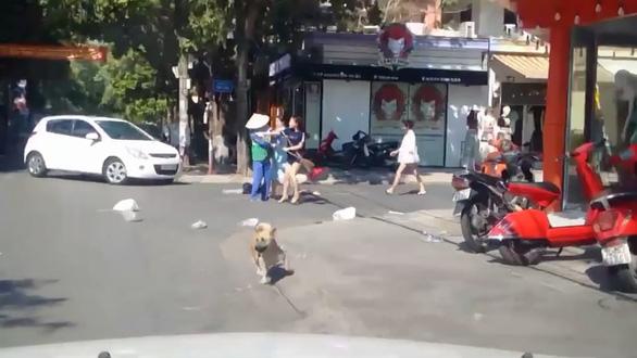 Xác minh clip chủ shop áo quần đánh chị lao công vì vứt rác bị nhắc - Ảnh 2.