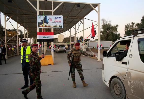 Pháo rocket bắn xuống gần sát đại sứ quán Mỹ tại Baghdad - Ảnh 1.