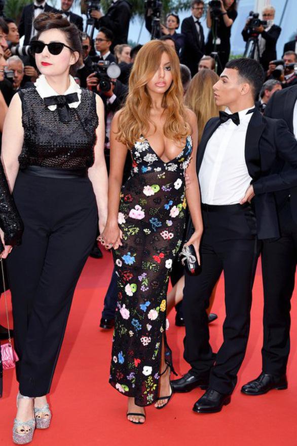Ngọc Trinh bị truyền thông nước ngoài chỉ trích lố lăng tại Cannes - Ảnh 3.