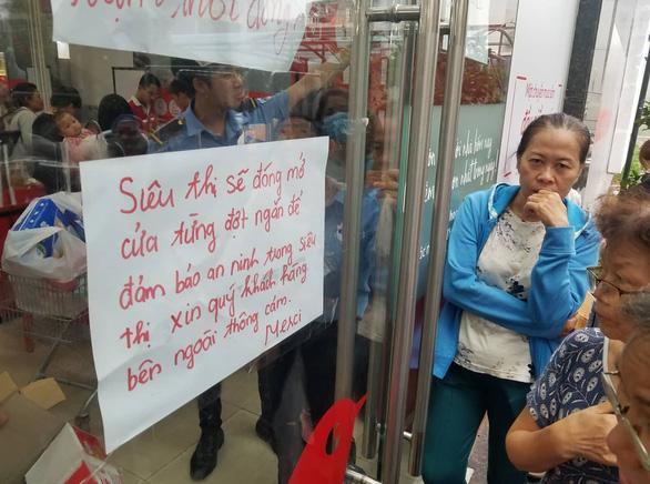 Khách chen lấn mua hàng giảm giá, một loạt siêu thị Auchan vỡ trận - Ảnh 5.