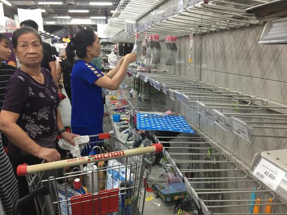 Khách chen lấn mua hàng giảm giá, một loạt siêu thị Auchan vỡ trận - Ảnh 3.