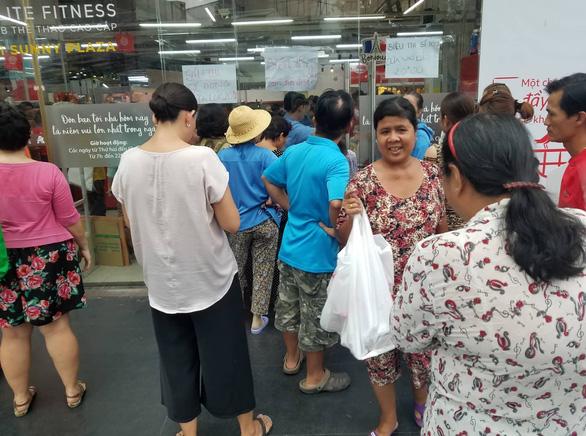 Khách chen lấn mua hàng giảm giá, một loạt siêu thị Auchan vỡ trận - Ảnh 7.