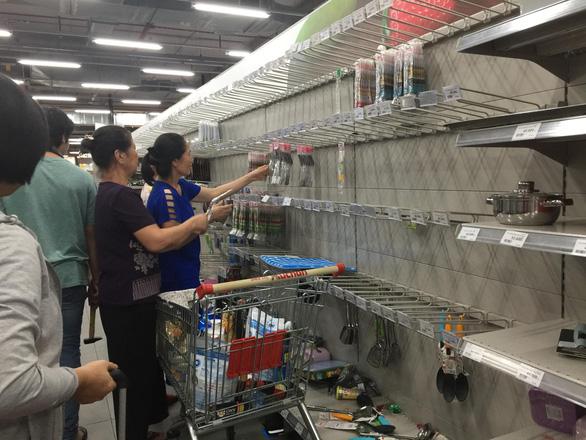 Khách chen lấn mua hàng giảm giá, một loạt siêu thị Auchan vỡ trận - Ảnh 4.