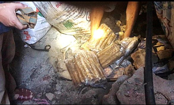 Cảnh sát ập vào hầm vàng bắt quả tang 7 vàng tặc cùng thuốc nổ - Ảnh 1.