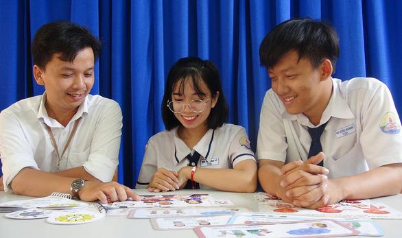 Học sinh lớp 11 sáng tạo bộ trò chơi bảo vệ trẻ - Ảnh 1.