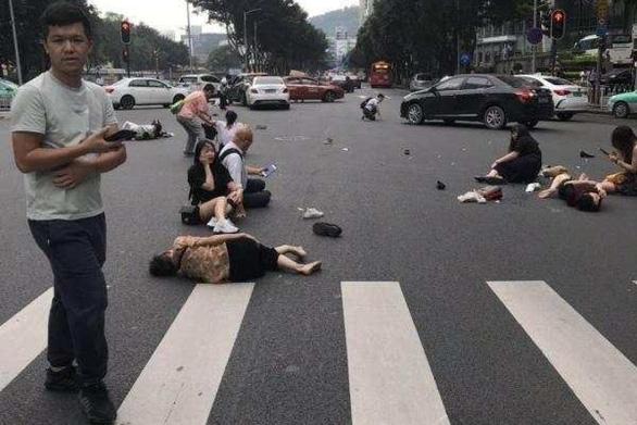 Trung Quốc: Xe điên lao vào đám đông, hàng chục người bị thương - Ảnh 1.