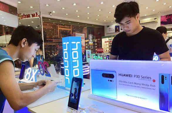 Người dùng, người bán ở  Việt Nam đều hoang mang với Huawei - Ảnh 1.