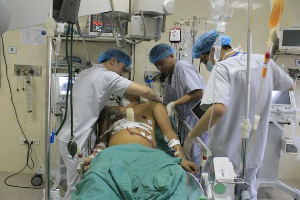 Vỡ tim, máu phun xối xả sau tai nạn giao thông - Ảnh 1.