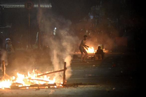 Thủ đô Indonesia ngột ngạt trong khói lửa: 6 người chết, 200 người bị thương - Ảnh 4.