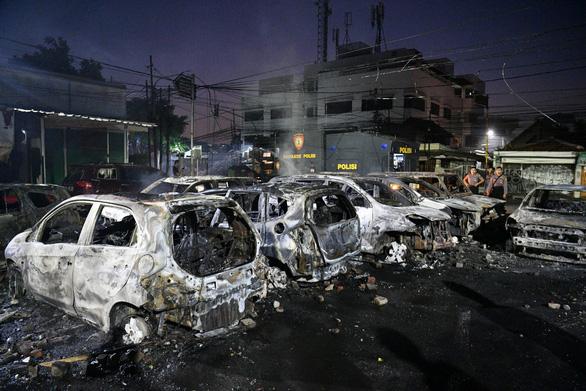 Thủ đô Indonesia ngột ngạt trong khói lửa: 6 người chết, 200 người bị thương - Ảnh 5.