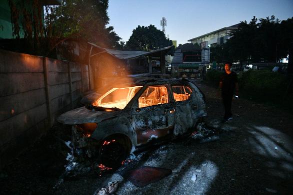 Thủ đô Indonesia ngột ngạt trong khói lửa: 6 người chết, 200 người bị thương - Ảnh 6.