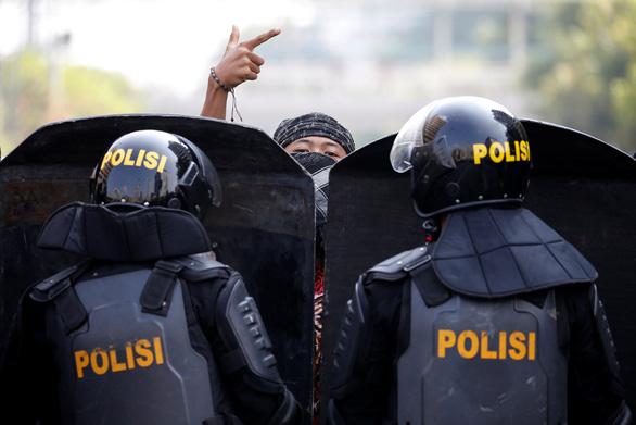 Thủ đô Indonesia ngột ngạt trong khói lửa: 6 người chết, 200 người bị thương - Ảnh 3.