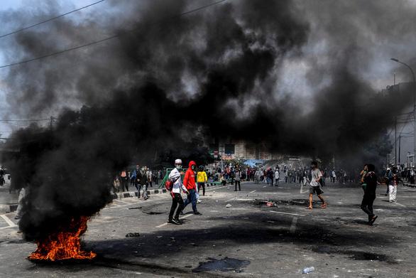 Thủ đô Indonesia ngột ngạt trong khói lửa: 6 người chết, 200 người bị thương - Ảnh 1.