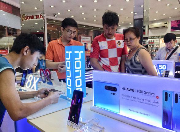 Huawei im lặng, cửa hàng bán lẻ Việt lên ruột, không biết tính sao - Ảnh 1.