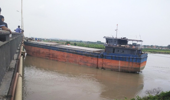 Cầu An Thái trên tuyến Quốc lộ 17B lại bị tàu thủy đâm hỏng - Ảnh 1.