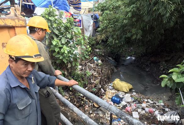 Sân bay Tân Sơn Nhất khó thoát ngập do cống thoát nước thấp hơn bên ngoài - Ảnh 2.