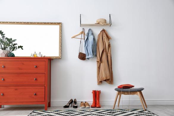 6 mẹo trữ đồ trong phòng khách từ chuyên gia thiết kế nội thất - Ảnh 2.