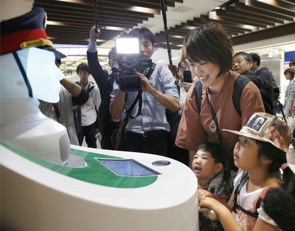 Nhật đưa robot hướng dẫn khách ở ga Tokyo - Ảnh 5.