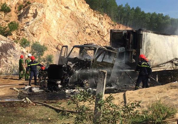 Xe container đang đậu bốc cháy ngùn ngụt, không thể cứu kịp - Ảnh 3.