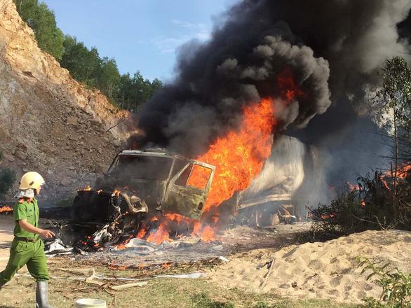 Xe container đang đậu bốc cháy ngùn ngụt, không thể cứu kịp - Ảnh 2.