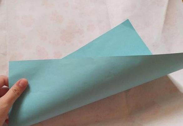 Trường trao quà thưởng bên trong chỉ có 1 tờ giấy... không có chữ gì - Ảnh 1.