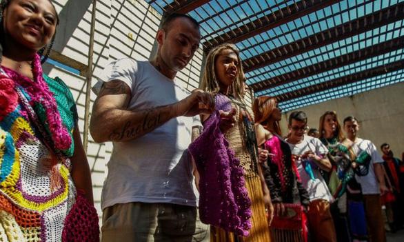 Trình diễn thời trang do tù nhân thiết kế - Ảnh 4.