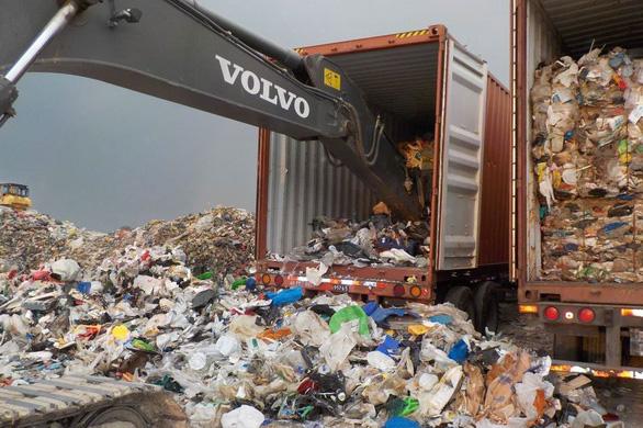 Trước sức ép của Duterte, Canada mang 2.000 tấn rác ở Philippines về nước - Ảnh 1.