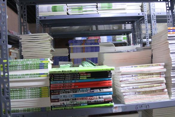 Thu giữ gần 10.000 cuốn sách tiếng Nhật không rõ nguồn - Ảnh 2.