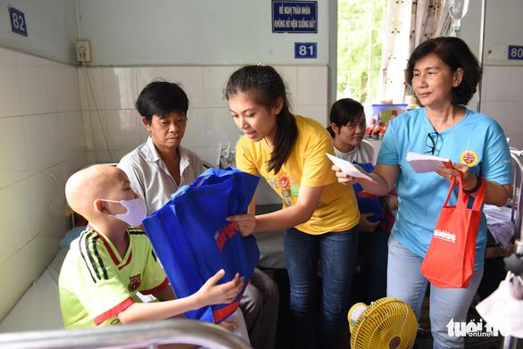 Tết thiếu nhi đến sớm với bệnh nhi Bệnh viện Nhi Đồng 2 - Ảnh 2.