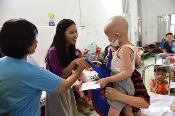 Tết thiếu nhi đến sớm với bệnh nhi Bệnh viện Nhi Đồng 2 - Ảnh 4.